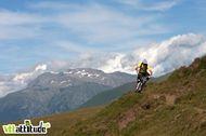 Session test de matériel sur un de nos homespot en Matheysine. Du ciel bleu, des montagnes, un vélo ... la vie quoi ! // Photo Jérôme CANTALUPO