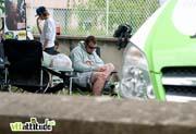 Nathan Rennie (avec un bobo au genou) se repose après sa chute.