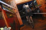 Passage surprise dans le bar Le Maya Café. Gros son rock et Monster Energy en libre service pour les petites soifs.