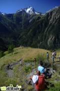 La descente finale par le sentier piéton de Venosc, face à la Muzelle.