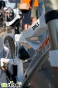 Gros plan sur les tubes hydroformés du nouveau KTM Aphex 2010, un cadre très agressif aux angles vifs qui propose une douille de direction réglable.
