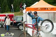 Steve Peat a du perdre un jeu avec ses camarades de team, c'est lui qui se colle au lavage des 3 vélos.