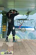 Cédric CG Gracia récupère son bike avant les entra&icircnements du dimanche matin, encore tout propre.