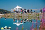 Le départ de la Coupe de France de VTT de descente de Méribel avait une ambiance assez particulière au bord de ce lac artificiel et sous le soleil.