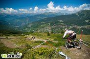 Coupe de France de VTT 2010, épreuve de descente à Méribel, peu après le départ, la vue est bien dégagée sur la vallée.