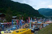 Vu sur le chouette salon de la Pass'Portes 2010. De la couleur au pied des montagnes et chalets de Ch�tel et une passerelle en bois qui ramène les riders au centre du salon !