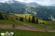 Descente direction Avoriaz depuis le sommet de Ch�tel par une belle piste toute fra&icircche, ludique et fluide comme on les aime.