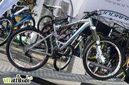 Un nouveau bike pour le gros enduro débarque dans la gamme Mondraker. Avec 170mm de débattement avant  / arrière mais un cadre très léger (voir la finesse du bras arrière), le Zenith est taillé pour la montagne.