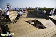 Vue générale du setup de cette finale du Wall Ride Tour 2010 : le gros drop du départ, l'énorme première double, un step-up et une pump-track en bois 3 mètres au dessus du niveau de la mer et une bonne grosse bosse de dirt pour finir ! Momo au plus près de l'action pour les commentaires !