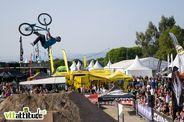 Backflip whip pour Amir Kabbani. A noter que le rider allemand a roulé le XC le lendemain ... polyvalent le garçon !