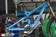 Le Commencal Supreme 2011 tient déjà la vedette sur le stand Commencal. Un nouveau DH déjà roulé par la famille Atherton et Thibaut Ruffin.